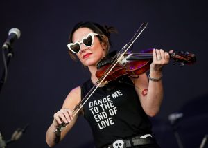 Fidler Amanda Shires setting the mood with Heart Shaped Glasses - Photo : Greg Koltz