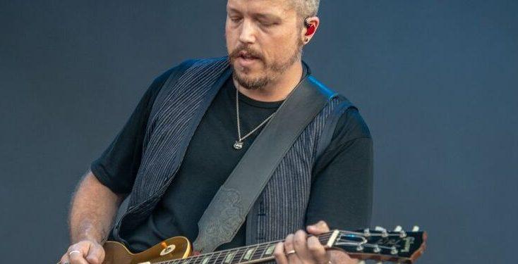 Jason Isbell rockin a gold top Les Paul - Photo : Sean Sisk